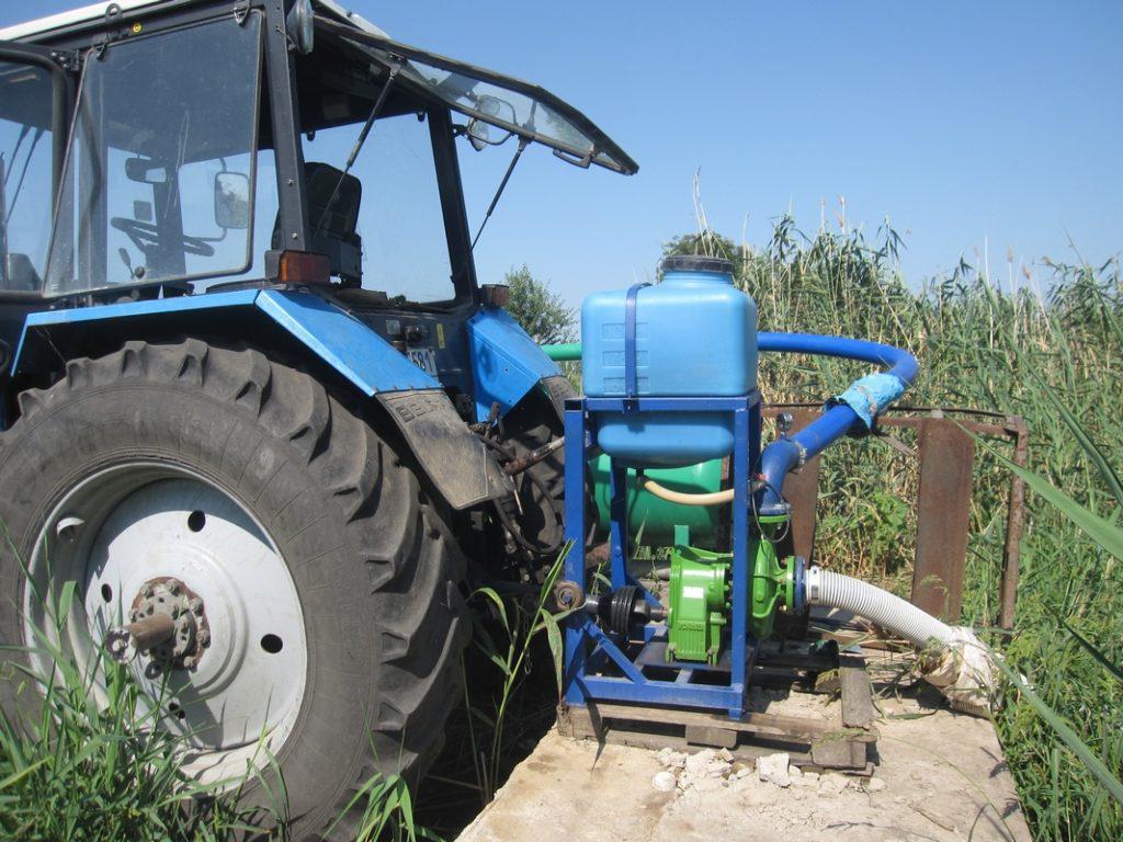 насос от вом на тракторе у водоема1067х800